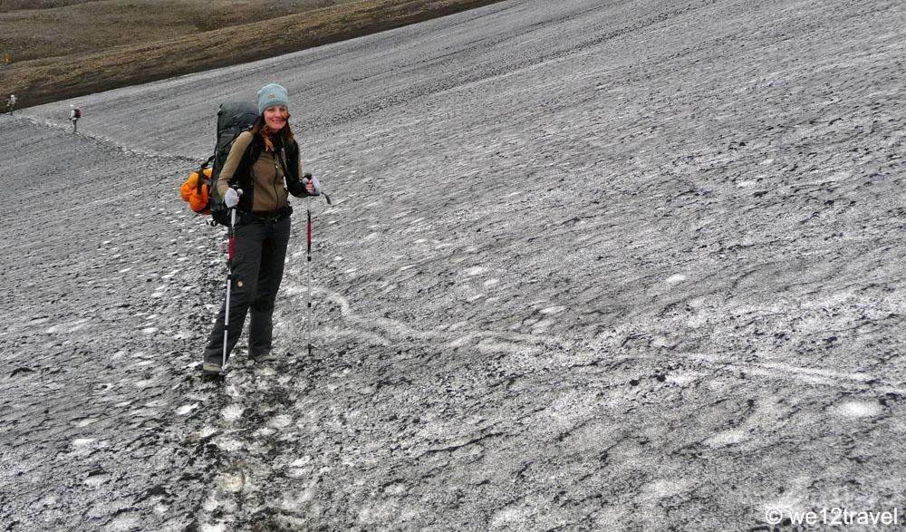 anto in de sneeuw op de laugavegur in ijsland