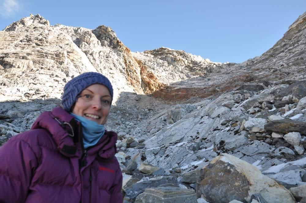 Halverwege Cho La Pass in Nepal. Vermoeid, bezweet en dik ingepakt.