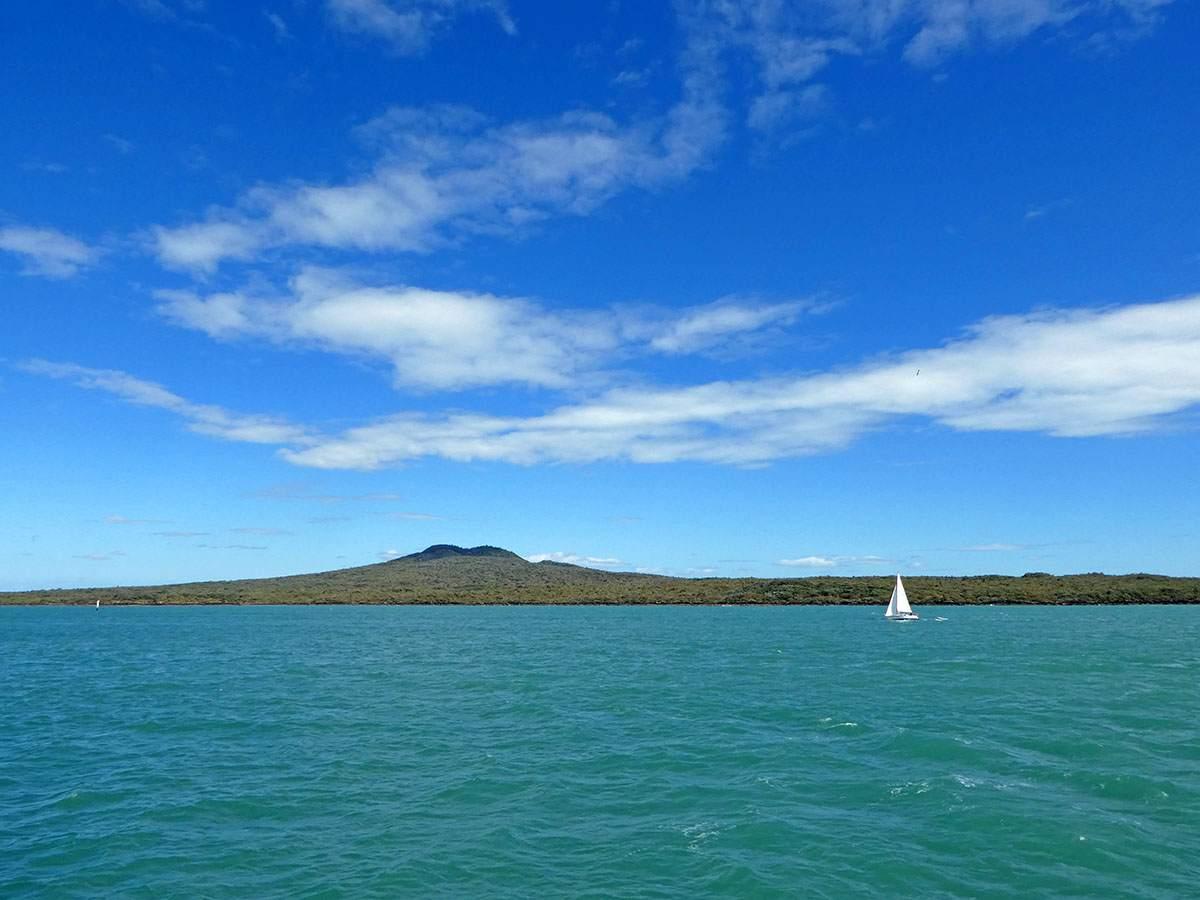 hiking on rangitoto island wandelen in nieuw zeeland