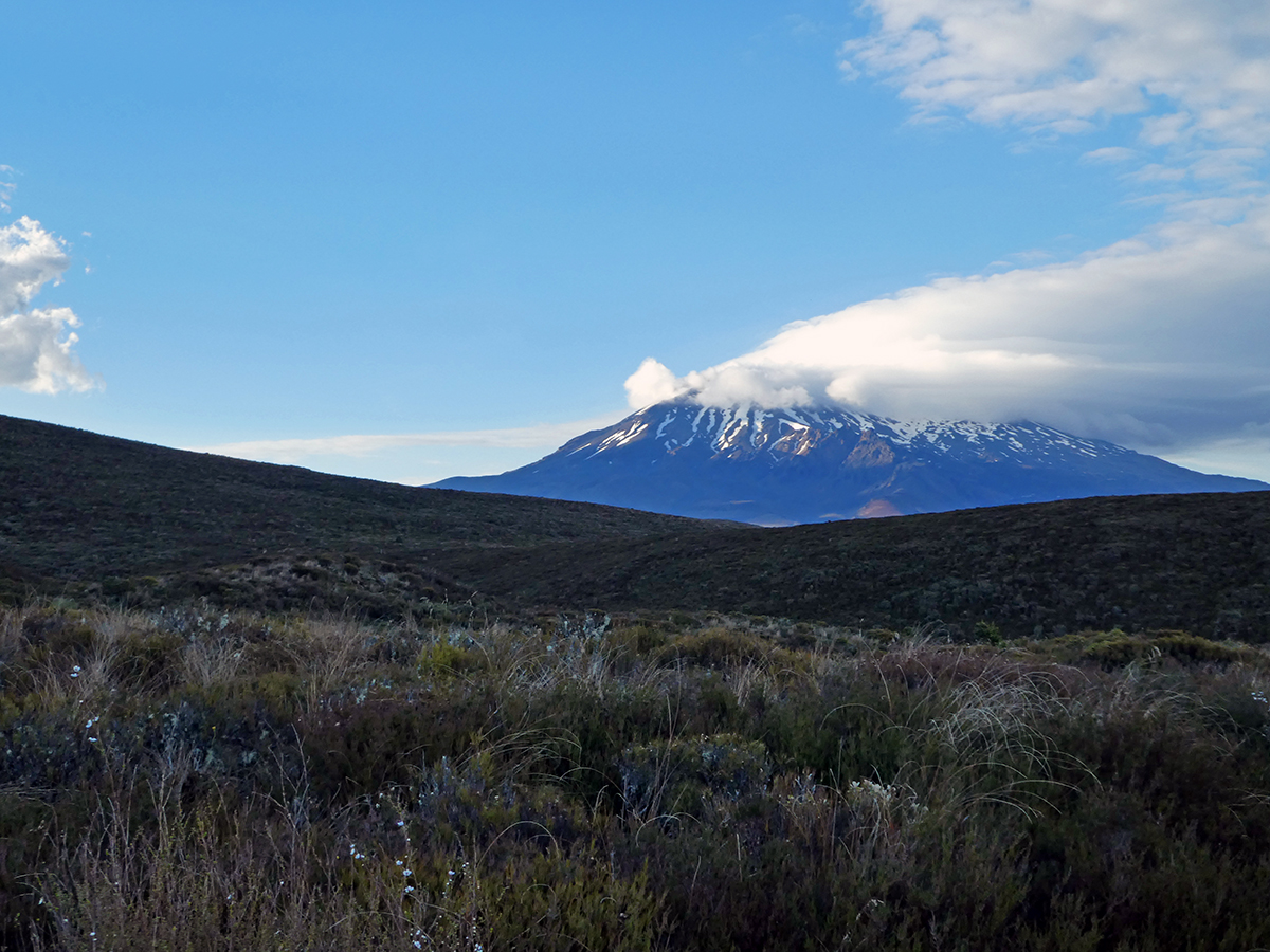 hiking tongariro alpine crossing