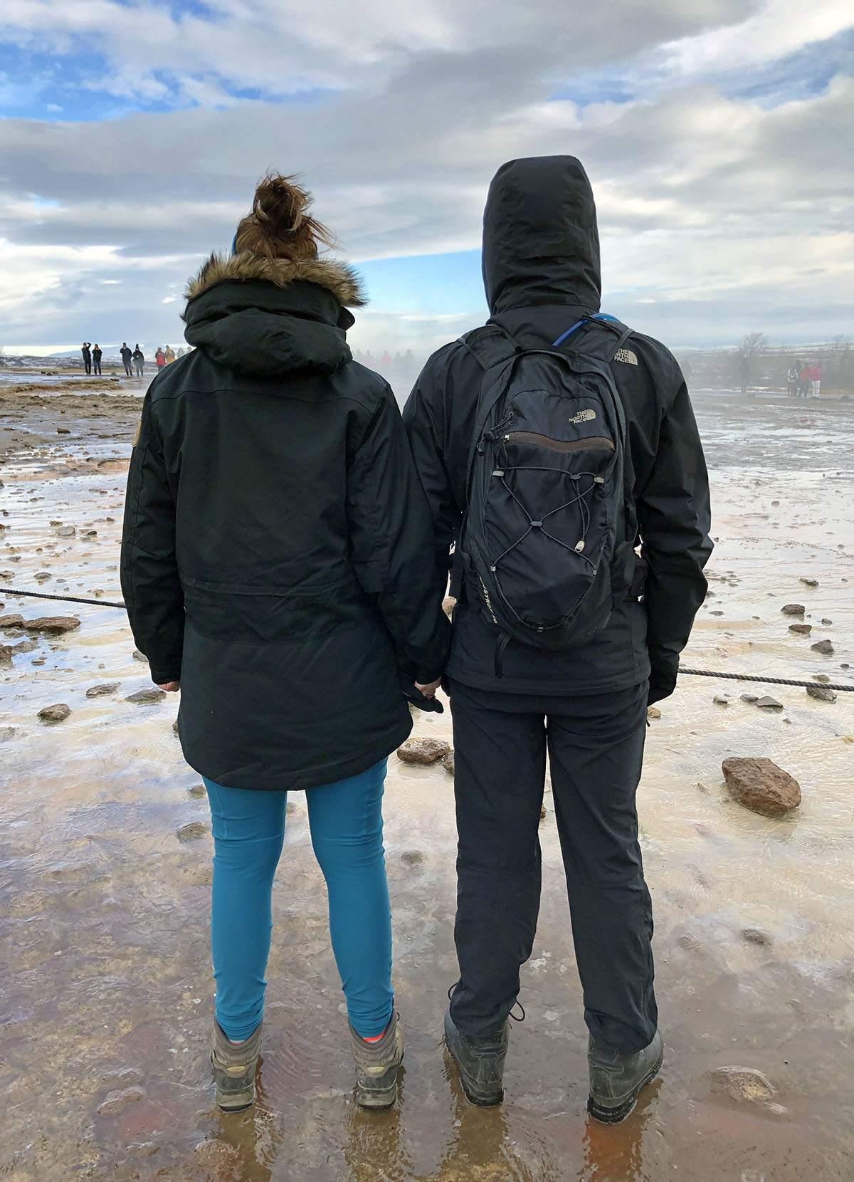 Anto en David bij Geysir in de winter paklijst ijsland voor de winter what to pack for iceland in winter