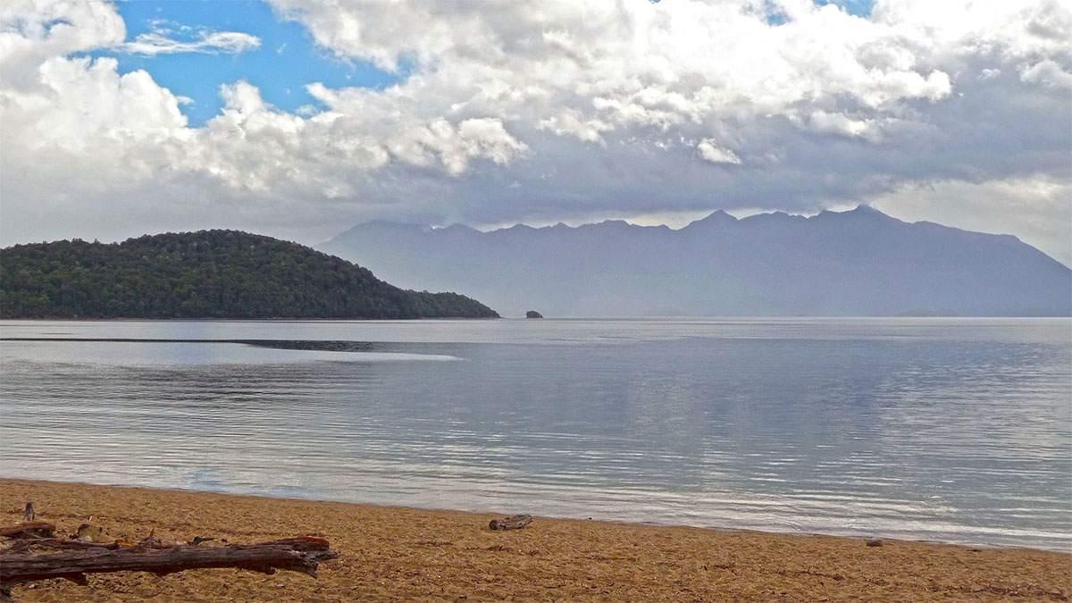 Lake Manapauri hikes