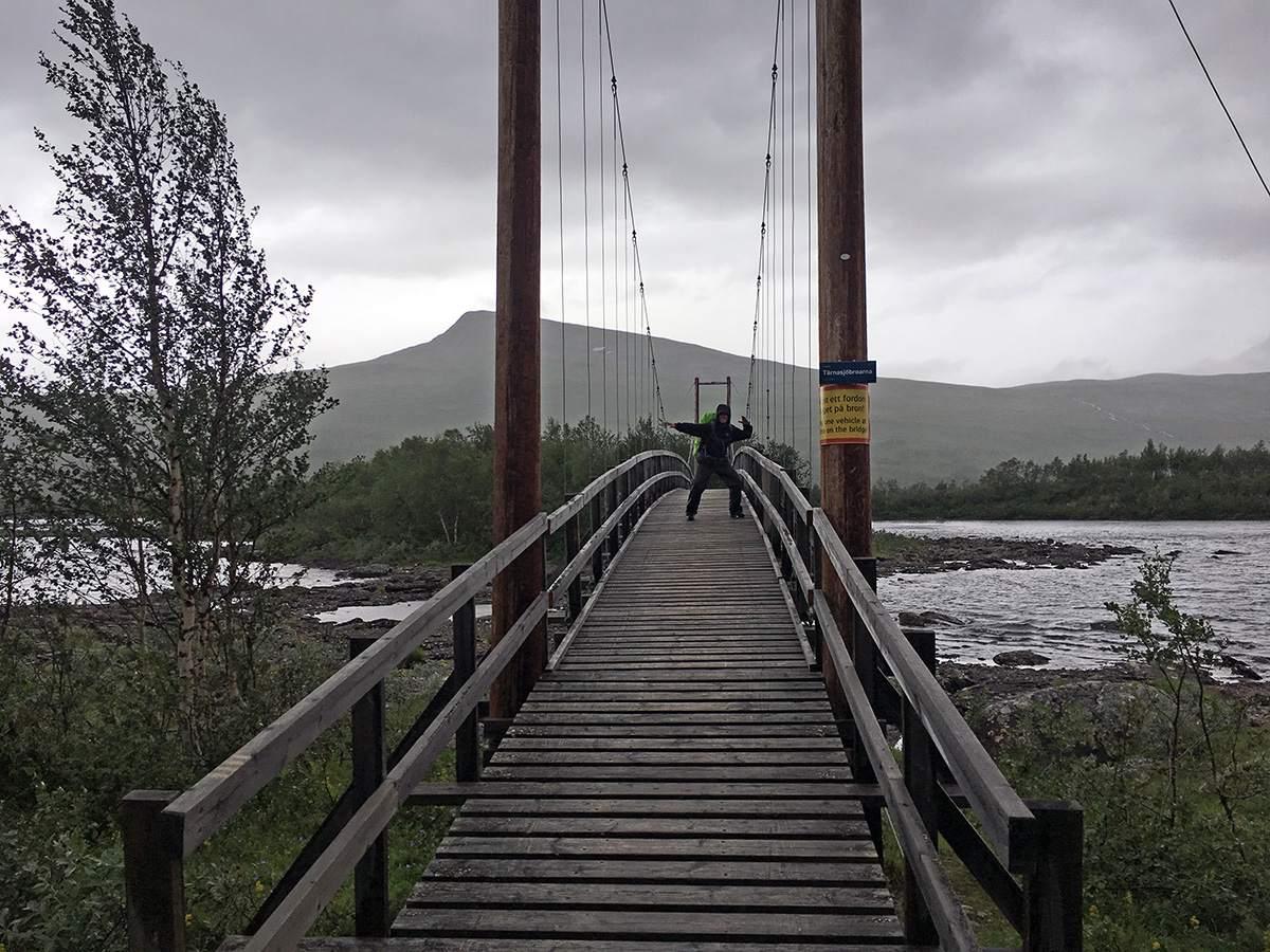 Op één van de bruggen van de Kungsleden trail