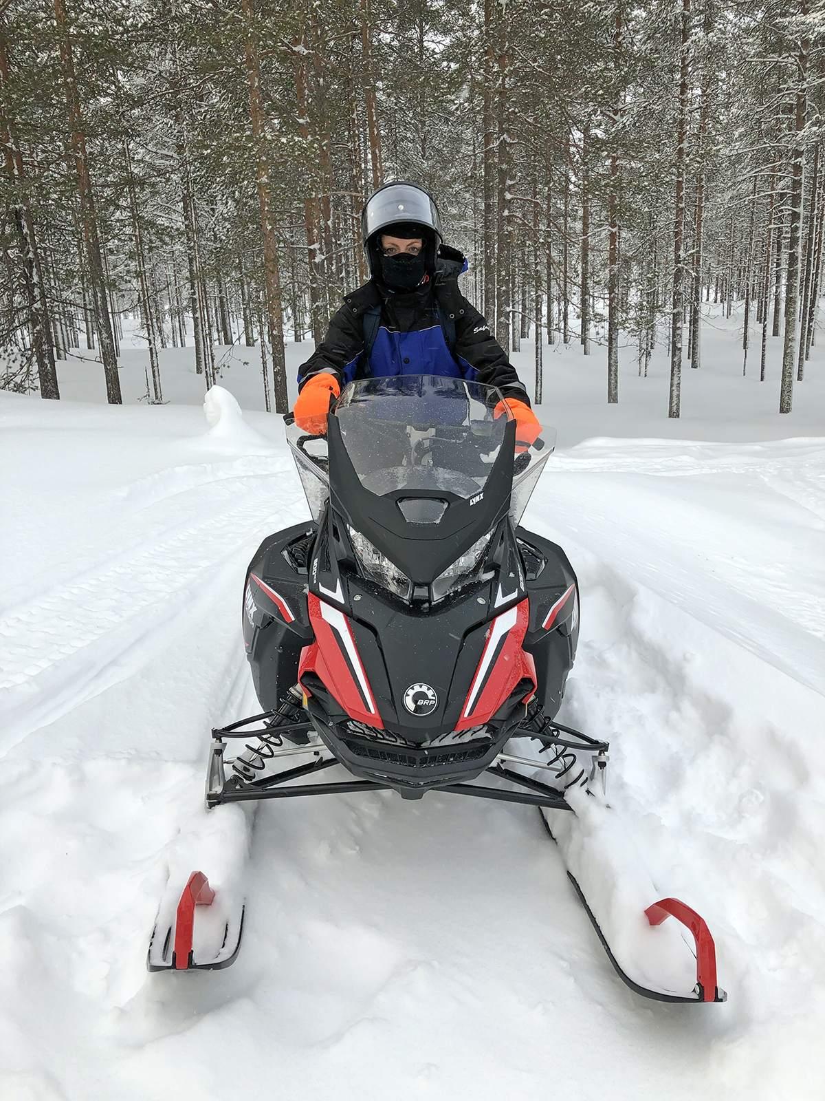Onderweg op de sneeuwscooter in Lapland