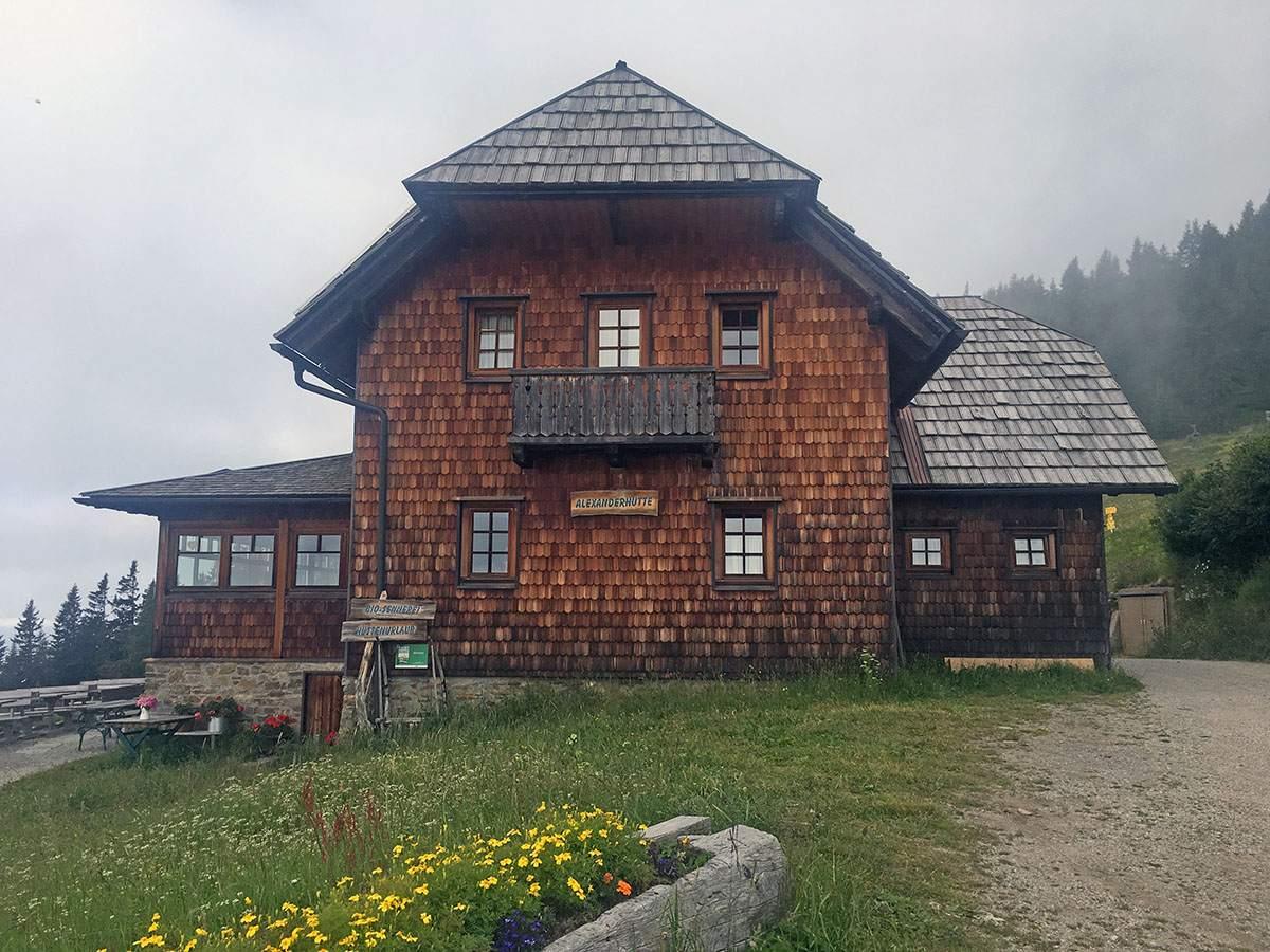 De Alexander Hütte in de wolken