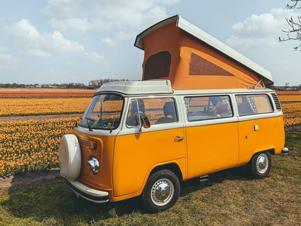 op pad met een Volkswagenbusje