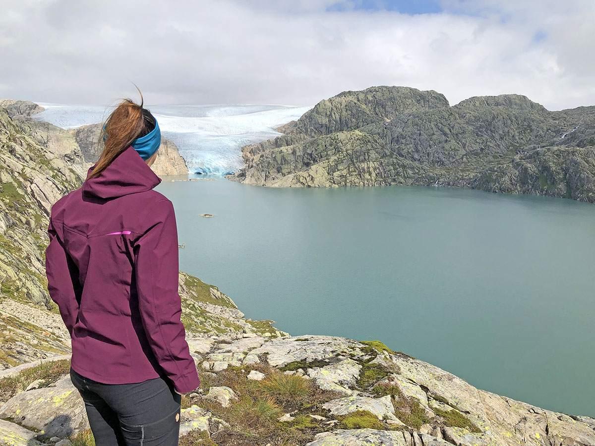 De gletsjer aan het einde van het meer