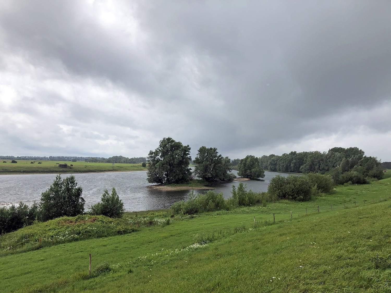 Donkere wolken boven de IJssel